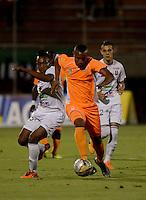 ENVIGADO- COLOMBIA -22-04-2016: Angelo Rodriguez (Der.) jugador de Envigado FC disputa el balón con Luis Murillo (Izq.) jugador de Once Caldas, durante partido Envigado FC y Once Caldas por la fecha 14 de la Liga Aguila I 2016, en el estadio Polideportivo Sur de la ciudad de Envigado. /  Angelo Rodriguez (R) player of Envigado FC, fights for the ball with Luis Murillo (L) player of Once Caldas, during a match Envigado FC and Once Caldas for the date 14 of the Liga Aguila I 2016 at the Polideportivo Sur stadium in Envigado city. Photo: VizzorImage / Leon Monsalve / Cont.