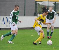 SC Wielsbeke - KM Torhout..Jessy Lebsir aan de bal voor de verdedigende Gino Moyaert (links)..foto VDB / BART VANDENBROUCKE