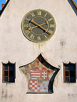 Süd-Giebel mit Uhr und Wappen, gotisches Altes  Rathaus auf dem Marktplatz, Bardejov, Presovsky kraj, Slowakei, Europa, UNESCO-Weltkulturerbe<br /> South gable with clock and coat of arms, Old townhall, Bardejov, Presovsky kraj, Slovakia, Europe, UNESCO-world heritage