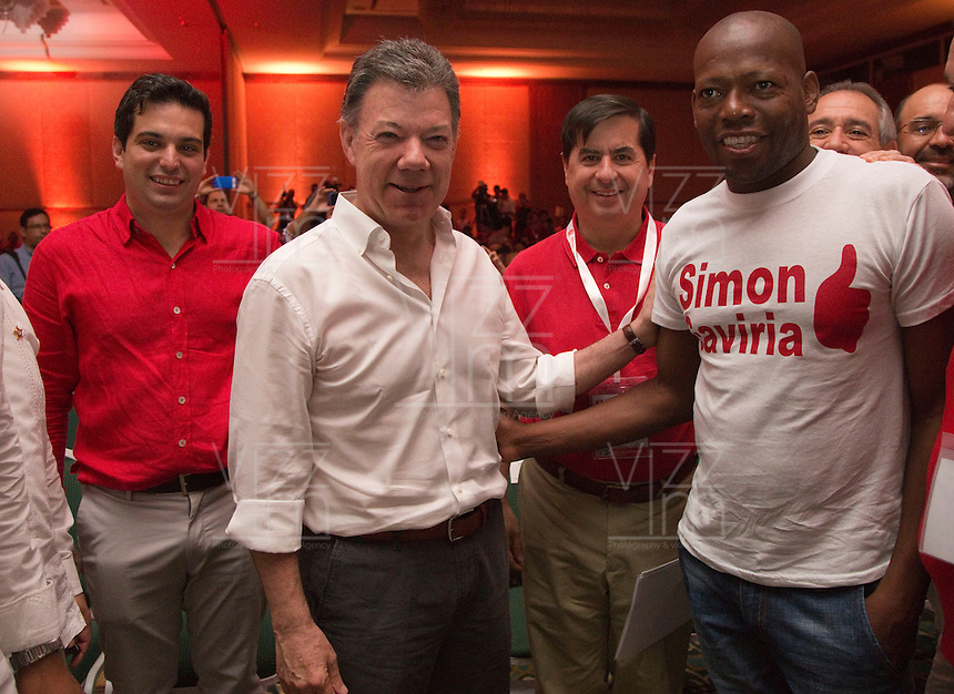 CARTAGENA -COLOMBIA, 30-11-2013: Juan Manuel Santos (C), Presidente de Colombia,  Simón Gaviria (Izq), presidente del Partido Liberal y el exfutbolista, Faustino Asprilla (Der), posan para una foto hoy 1 de diciembre del 2013 durante la VI Convención Nacional Liberal, en la ciudad de Cartagena de Indias./ Juan Manuel Santos (C), President of Colombia,  Simon Gaviria (L), president of Liberal party and former soccer player, Faustino Asprilla (R), pose to a photo during the VI National Convention of Liberal Party at cartagena de Indias. Photo: VizzorImage / © Juan Manuel Barrero Bueno / Partido Liberal