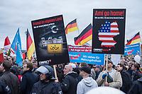 """Bis zu 2500 Anhaenger der Rechtspartei """"Alternative fuer Deutschland"""" (AfD) versammelten sich am Samstag den 7. November 2015 in Berlin zu einer Demonstration. Sie protestierten gegen die Fluechtlingspolitik der Bundesregierung und forderten """"Merkel muss weg"""". Die Demonstration sollte der Abschluss einer sog. """"Herbstoffensive"""" sein, zu der urspruenglich 10.000 Teilnehmer angekuendigt waren.<br /> Mehrere tausend Menschen protestierten gegen den Aufmarsch der Rechten und versuchten an verschiedenen Stellen die Route zu blockieren. Gruppen von AfD-Anhaengern wurden von der Polizei durch Einsatz von Pfefferspray, Schlaege und Tritte durch Gegendemonstranten, die sich an zugewiesenen Plaetzen aufhielten, zur rechten Demonstration gebracht. Zum Teil wurden sie von Neonazis-Hooligans dabei angefeuert. Dabei kam es zu Verletzten, mehrere Gegendemonstranten wurden festgenommen.<br /> Im Bild: Kundgebung der AfD vor dem Berliner Hauptbahnhof.<br /> 7.11.2015, Berlin<br /> <br /> - 07.11.2015"""