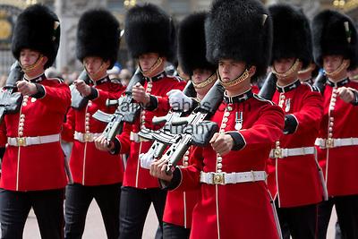United Kingdom, London: Trooping the Colour, Grenadier Guards marching along The Mall   Grossbritannien, England, London: Trooping the Colour, alljaehrliche Militaerparade am zweiten Samstag im Juni zu Ehren des Geburtstages der britischen Koenige und Königinnen, Grenadier Guards marschieren die Mall entlang