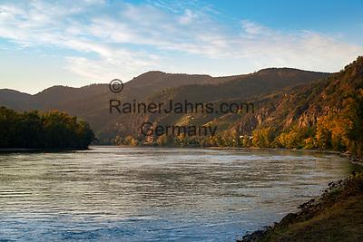 Oesterreich, Niederoesterreich, Kulturlandschaft Wachau - UNESCO Weltkultur- und Naturerbe, bei Duernstein: Blick flussaufwaerts | Austria, Lower Austria, Wachau Cultural Landscape - UNESCO World's Cultural and Natural Heritage, near Duernstein: view upstream