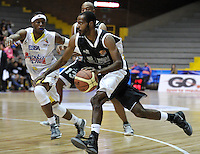 BOGOTÁ-COLOMBIA-09-03-2013. Méndez  (1) de Piratas disputa el balón con Austin (6) de Búcaros durante partido de la décima fecha de la Liga Direct TV de baloncesto Profesional de Colombia 2013./  Méndez  (1) of Piratas dispute  the ball with Austin (6) of Búcaros during the game of the tenth date of Colombian Professional basketball League DirecTV 2013. Photo: VizzorImage/STR