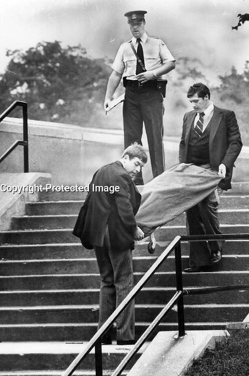 Body of murder victim Shirley Hauser is taken from school yard<br /> <br /> Photo : Boris Spremo - Toronto Star archives - AQP