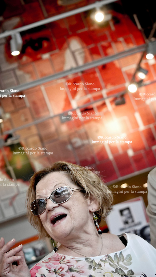 - NAPOLI 6 GIU - Ventennale della scomparsa di Massimo Troisi. con la sorella Rosaria, autrice del libro Oltre il respiro, è stata inaugurata una gigantografia del grande artista all'interno della Feltrinelli in Stazione Centrale.