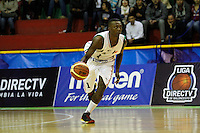MANIZALEZ -COLOMBIA-19-04-2013. Franklin Forbes (i) de Once Caldaslleva el balón durante partido de la fecha 1 fase II de la Liga DirecTV de baloncesto profesional colombiano 2013 disputado en la ciudad de Manizales./  Franklin Forbes (l) de Bucaros Play the ball during game of the first date phase II of DirecTV League of professional Basketball of Colombia 2013 at Manizales city. Photo: VizzorImage/JJ Bonilla/STR