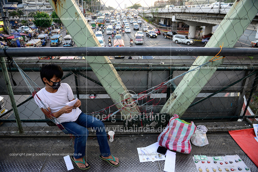 PHILIPPINES, Manila, heavy traffic in Quezon City during rush hour, street vendor on bridge selling locks / PHILIPPINEN, Manila, Verkehr in Quezon City, Strassenverkaeufer auf einer Fussgängerbrücke