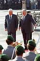 Boris N. Jelzin und Helmut Kohl beim Empfang zur Verabschiedung der russischen Streitkräfte aus Deutschland auf dem Berliner Gendarmenmarkt. Berlin, 31.08.1994