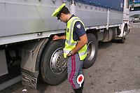 - highway patrol, tire control of a truck....- polizia stradale, controllo pneumatici di un autocarro