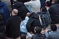 Freitagsgebet in der Dar Assalam Moschee in Berlin-Neukoelln.<br /> Im Bild: Ein Vater mit seiner Tochter.<br /> 26.2.2016, Berlin<br /> Copyright: Christian-Ditsch.de<br /> [Inhaltsveraendernde Manipulation des Fotos nur nach ausdruecklicher Genehmigung des Fotografen. Vereinbarungen ueber Abtretung von Persoenlichkeitsrechten/Model Release der abgebildeten Person/Personen liegen nicht vor. NO MODEL RELEASE! Nur fuer Redaktionelle Zwecke. Don't publish without copyright Christian-Ditsch.de, Veroeffentlichung nur mit Fotografennennung, sowie gegen Honorar, MwSt. und Beleg. Konto: I N G - D i B a, IBAN DE58500105175400192269, BIC INGDDEFFXXX, Kontakt: post@christian-ditsch.de<br /> Bei der Bearbeitung der Dateiinformationen darf die Urheberkennzeichnung in den EXIF- und  IPTC-Daten nicht entfernt werden, diese sind in digitalen Medien nach §95c UrhG rechtlich geschuetzt. Der Urhebervermerk wird gemaess §13 UrhG verlangt.]