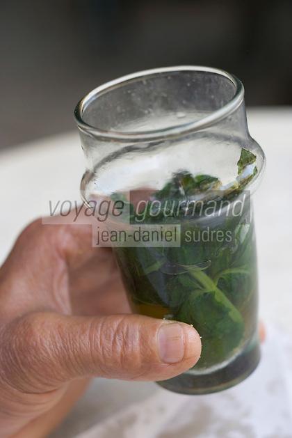 Afrique/Afrique du Nord/Maroc/Fèz: Médina de Fèz-El-Bali prés de la porte Bleue un homme prend son petit déjeuner avec du thé à la menthe - Verre de thé à la menthe