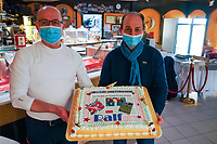 CIAO-Inhaber Luca Livio (r.) hat mit seinem Team eine Geburtstagstorte für Ralf Baitinger vorbereitet - Moerfelden-Walldorf 27.02.2021: Pianoabend mit Ralf Baitinger & Friends