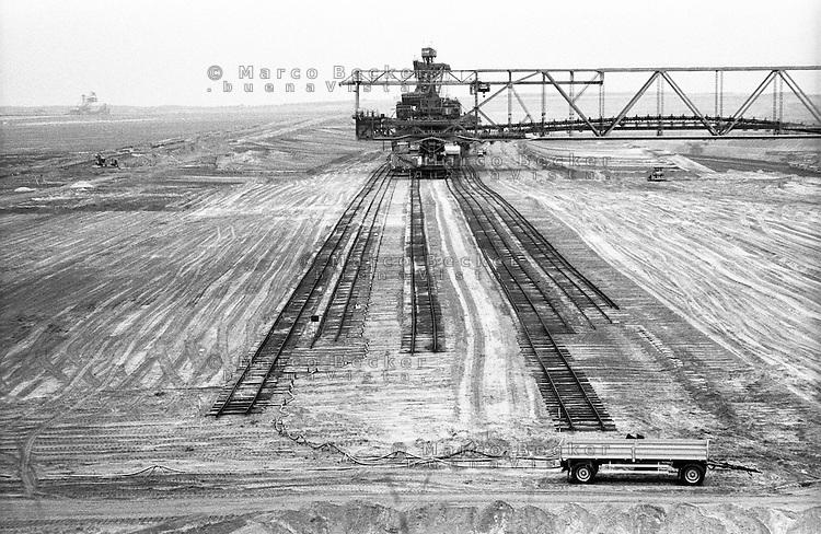 Miniera di superficie Jänschwalde, nella Bassa Lusazia, per l'estrazione della lignite. Enormi macchinari pesanti --- Lignite surface mining in Jänschwalde, in the Lower Lusatia. Huge machines