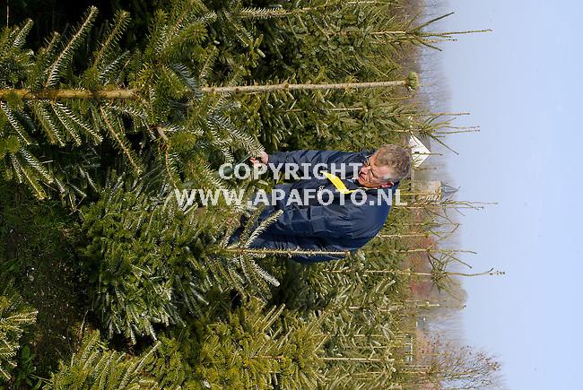 ressen 121103 niek van olst bezig met het uitgraven van kerstbomen.<br />foto frans ypma APA-foto