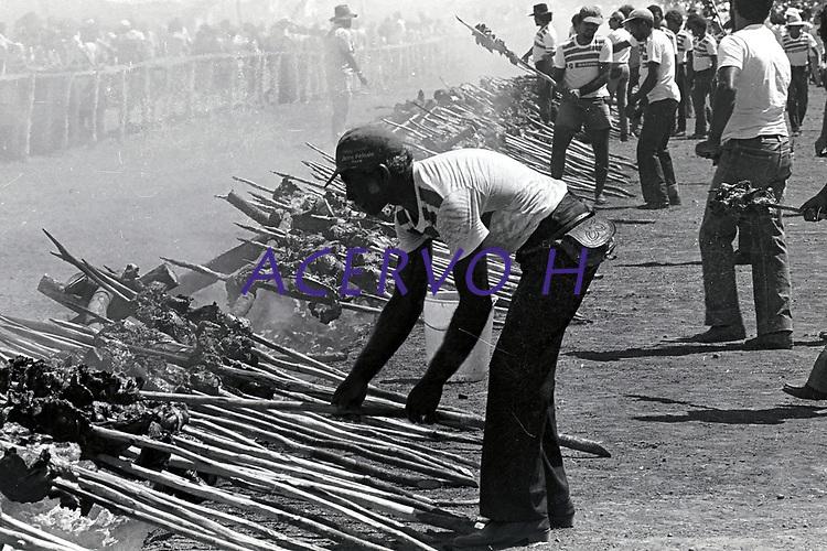 Serra Pelada.<br /> Garimpeiros comemoram a reabertura da cava com grande churrasco promovido pelo major CuriÛ.<br /> Foto Paulo Santos<br /> 1985