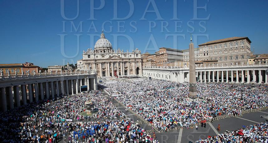 Una veduta di Piazza San Pietro gremita di fedeli durante la messa celebrata da Papa Francesco per la canonizzazione di Madre Teresa di Calcutta, Citta' del Vaticano, 4 settembre 2016.<br /> A view of St. Peter's Square crowded of faithtul on the occasion of a mass celebrated by Pope Francis for the canonization of Mother Teresa, at the Vatican, 4 September 2016.<br /> <br /> UPDATE IMAGES PRESS/Isabella Bonotto<br /> <br /> STRICTLY ONLY FOR EDITORIAL USE
