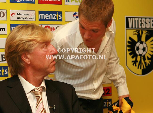 arnhem 190606 Vitesse presenteerde vandaag eindelijk zijn nieuwe trainer, Aad de Mos en bovendien een aanvulling op de selectie, de deen Anders Due.<br /> Foto beide aanwinstentijdens een onder onsje tijdens de persconferentie.<br /> Foto frans ypma APA-foto