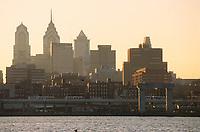 Amérique/Amérique du Nord/USA/Etats-Unis/Vallée du Delaware/Pennsylvanie/Philadelphie : Lumière du soir sur la Skyline vue depuis l'autre rive de Delaware River