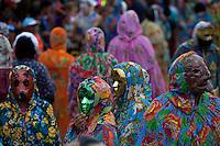 Bloco Unidos do Morro. O mais tradicional do carnaval de Óbidos, o carnapauxis. Neste bloco a tradição é se fantasiar de mascarado. O mais tradicional dos mascarados é o Fobó, vestido de dominó, com mascara e capacete (chapeu longo e colorido). Levam em uma mão a maizena, para jogar nos foliões e na outra mão a bexiga, uma espécie de balão de latex para bater na cabeça uns dos outros.<br /> <br /> Óbidos, Pará, Brasil.<br /> Foto Ana Mokarzel.<br /> 20/02/2012