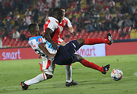 BOGOTÁ - COLOMBIA, 13-10-2018: Carmelo Valencia (Izq.) jugador del Independiente Santa Fe  disputa el balón con Deivy Balanta (Der.) jugador del Atlético Junior  durante partido por la fecha 14 de la Liga Águila II 2018 jugado en el estadio Nemesio Camacho El Campín de la ciudad de Bogotá. /Carmelo Valencia(L) player of Independiente Santa Fe fights for the ball with Deivy Balanta (R) player of Atletico Junior  during the match for the date 14 of the Liga Aguila II 2018 played at the Nemesio Camacho El Campin Stadium in Bogota city. Photo: VizzorImage / Felipe Caicedo / Staff.