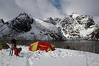 Teltleir ved Flaskefjorden i Seiland Nasjonalpark. ---- Camp by the fjord on island Seiland.