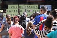 Campinas (SP), 03/04/2021 - Comércio-SP - Movimentação no calcação da 13 de Maio no centro de Campinas, interior de São Paulo, neste sábado (03). Consumidores aglomerados em frente a loja para compras de produtos de chocolates para a Pascoa.