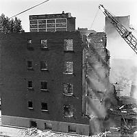Travaux de démolition de bâtiments sur les rues du Plateau et Winning. On aperçoit l'édifice Caron en arrière-plan, situé sur la rue de Bleury. / Florent Charbonneau. - 10 juin 1960.