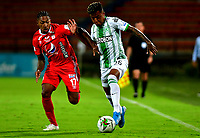 MEDELLIN-COLOMBIA, 18-10-2020: Cristian Blanco de Atletico Nacional y Cristian Arrieta de America de Cali disputan el balon, durante partido de la fecha 15 entre Atletico Nacional y America de Cali, por la Liga BetPLay DIMAYOR 2020, jugado en el estadio Atanasio Girardot de la ciudad de Medellin. / Cristian Blanco of Atletico Nacional and Cristian Arrieta of America de Cali figth for the ball, during a match of the 15th date between Atletico Nacional and America de Cali, for the BetPLay DIMAYOR League 2020 played at the Atanasio Girardot Stadium in Medellin city. / Photo: VizzorImage / Luis Benavides / Cont.