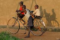 Uganda Kitgum children with bicycle / Geschwister auf einem Fahrrad