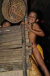 Indígenas emberá / niño en comunidad indígena emberá, Panamá.