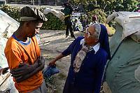 MADAGASCAR Antananarivo / MADAGASKAR Antananarivo, CENTER FIHAVANANA fuer Strassenkinder geleitet von den SCHWESTERN VOM GUTEN HIRTEN / SOEURS DU BON PASTEUR / GOOD SHEPHERD SISTERS, Sr. ANNAMMA VATTAKOTTAYIL bei obdachloser Familie von JEAN PIERRE RAKOTONIRINA<br /> und BERNADETTE RAMALALASOA, ihr Sohn TOKY besucht das Center