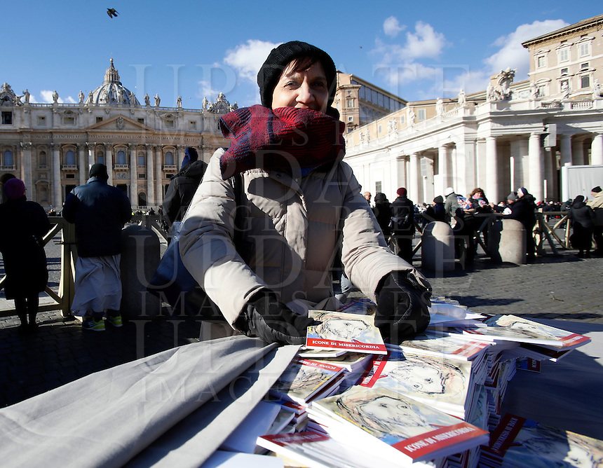 """Una volontaria distribuisce in Piazza San Pietro libri, intitolati """"Icone di Misericordia"""", donati da Papa Francesco ai fedeli nel giorno dell'Epifania. Città del Vaticano, 6 gennaio 2017.<br /> A volunteer distributes booklets titled """"Icons of Mercy"""" donated by Pope Francis to the faithful on Epiphany day in Saint Peter's Square at the Vatican, January 6, 2017.<br /> UPDATE IMAGES PRESS/Isabella Bonotto<br /> <br /> STRICTLY ONLY FOR EDITORIAL USE"""