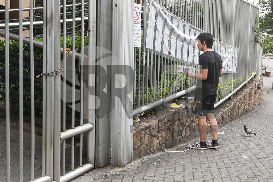 SAO PAULO, SP, 24.11.2013 - FUVEST - PRIMEIRA FASE - O estudante Chon Yong Lee de 18 anos que perdeu a prova da primeira fase da Fuvest na Uninove unidade Barra Funda regiao oeste de Sao Paulo, neste domingo, 24. (Foto: William Volcov / Brazil Photo Press).