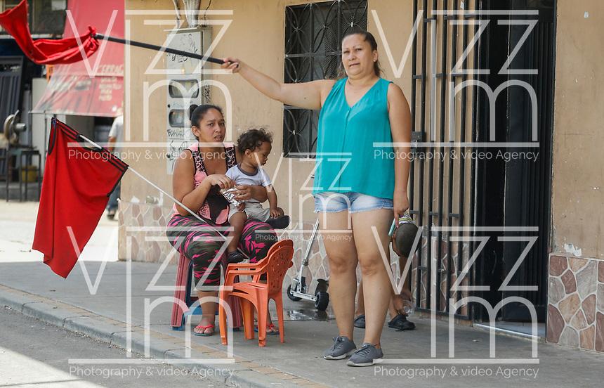 MEDELLIN - COLOMBIA, 23-05-2020: Trapo rojo en señal de necesidad alimentaria es visto por las calles de Medellín durante el día 59 de la cuarentena total en el territorio colombiano causada por la pandemia  del Coronavirus, COVID-19. / Red rag as a sign of food need in Medellin of during day 59 of total quarantine in Colombian territory caused by the Coronavirus pandemic, COVID-19. Photo: VizzorImage / Leon Monsalve / Cont