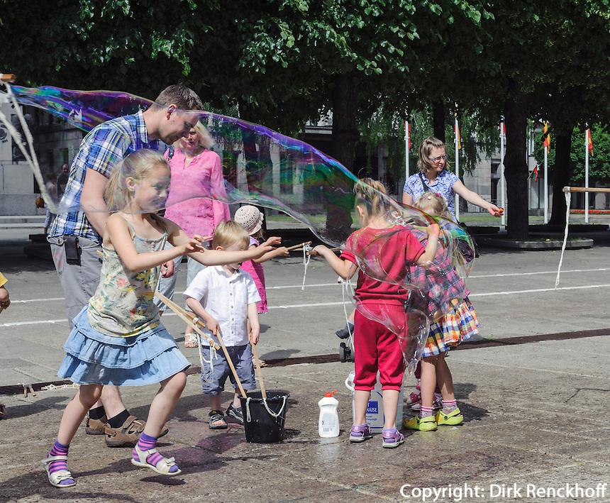 Kinder mit Seifenblasen in Kaunas, Litauen, Europa