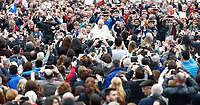 Papa Francesco saluta i fedeli al suo arrivo all'udienza generale del mercoledi' in Piazza San Pietro, Citta' del Vaticano, 22 marzo, 2017.<br /> Pope Francis waves to faithful as he arrives for his weekly general audience in St. Peter's Square at the Vatican, on March 22, 2017.<br /> UPDATE IMAGES PRESS/Isabella Bonotto<br /> <br /> STRICTLY ONLY FOR EDITORIAL USE