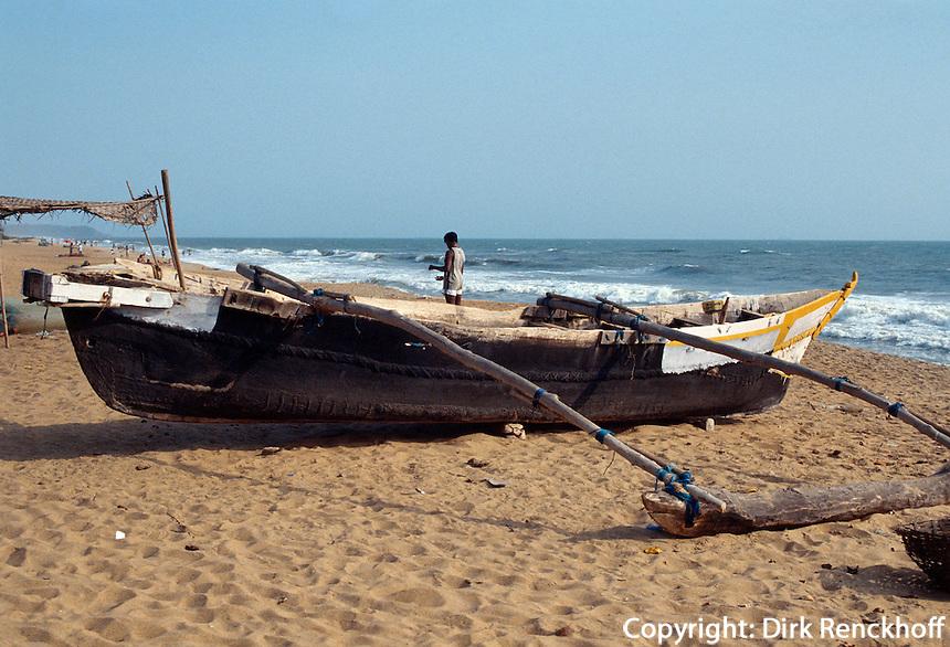 Indien, Calangute (Goa). Fischerboot am Strand