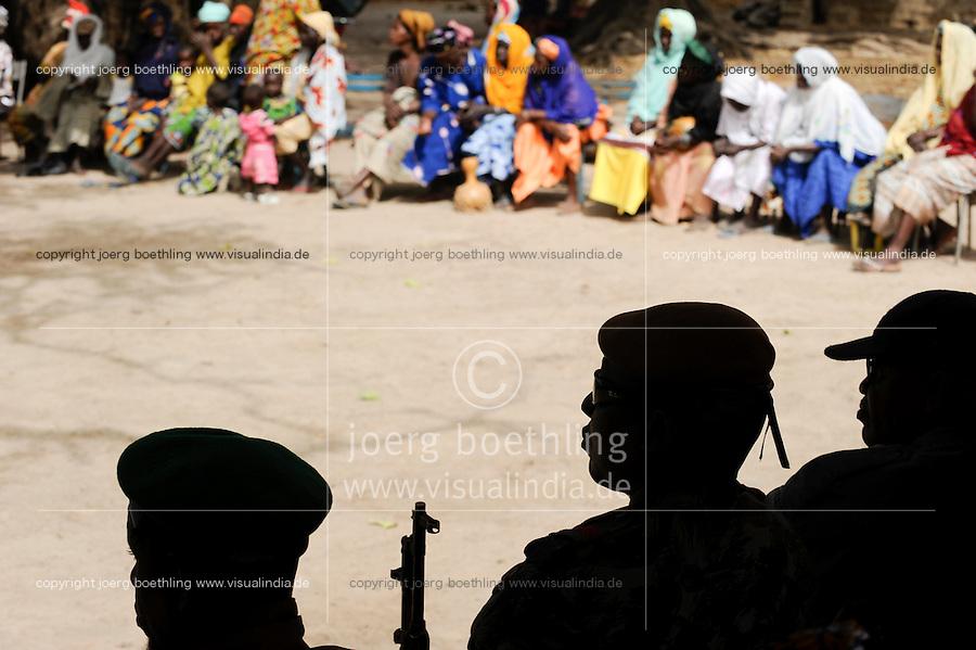 Mali , Soldaten der malischen Armee FaMa auf Dorfversammlung / Mali , soldier at village meeting