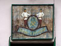 Schild an Dorfschänke am Marktplatz, Spania Dolina, Banskobystricky kraj, Slowakei, Europa<br /> Sign at pub, Spania Dolina, Banskobystricky kraj, Slovakia, Europe