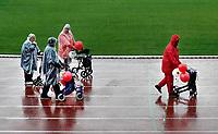 Nederland Amsterdam -  September 2018.  De Nationale Rollatorloop in het Olympisch Stadion vond dit jaar plaats in de stromende regen. De Rollatorloop is speciaal in het leven geroepen om elkaar op te peppen om in beweging te blijven. Er kunnen verschillende afstanden worden afgelegd.   Foto mag niet in negatieve context worden gepubliceerd.   Foto Berlinda van Dam / Hollandse Hoogte