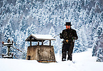 Deutschland, Bayern: Schornsteinfeger bei der Arbeit im tiefen Winter | Germany, Bavaria: chimney sweeper at work during winter