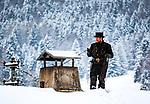 Deutschland, Bayern: Schornsteinfeger bei der Arbeit im tiefen Winter | Germany, Bavaria: chimney sweeper at work during winter