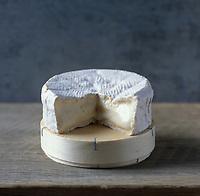 Europe/France/Normandie/Basse-Normandie/14/Calvados/Pays d'Auge: AOC Camembert de Normandie, Appellation d'Origine Contrôlée, Fromage de vache à pâte molle à croute fleurie- Stylisme Valérie Lhomme // France, Calvados, Pays d'Auge, AOC Camembert de Normandie, soft fermented cheese made with cow milk, flowered crust