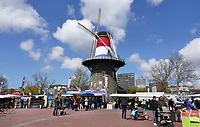 Nederland Leiden 2021.  Molen de Valk. De Valk is een stellingmolen en tegewoordig een museum. Rond Koningsdag en Bevrijdingsdag is de molen bekleed met een nederlandse vlag. Markt op de Lammermarkt.  Foto ANP / Berlinda van Dam