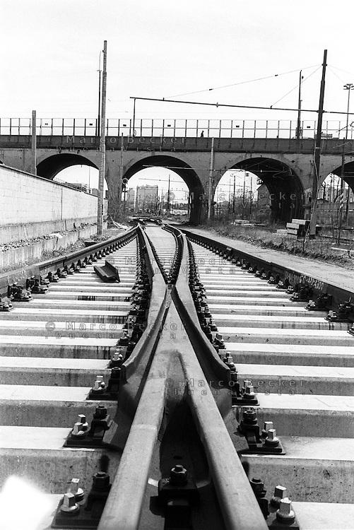 Milano, periferia nord. Rotaie della ferrovia presso il cavalcavia Bacula, tra i quartieri Bovisa e Ghisolfa --- Milan, north periphery. Railway tracks near the overpass Bacula, between the districts Bovisa and Ghisolfa