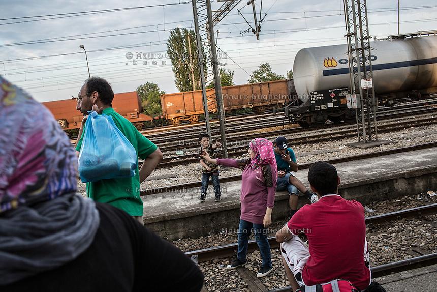 migrante fa un selfie in mezzo alla ferrovia migrant makes a selfie in the middle of the railroad