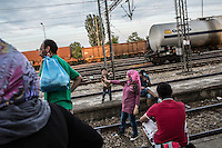 migrante fa un selfie in mezzo alla ferrovia migrant makes a selfie in the middle of the railroad