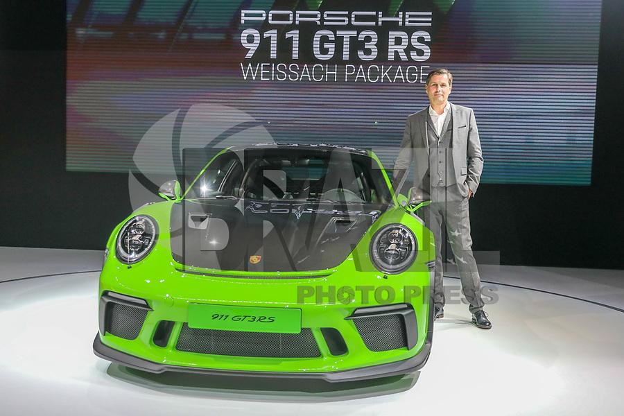 NOVA YORK, EUA, 28.03.2018 - SALÃO-AUTOMOVEL - Klaus Zellmer, presidente e diretor executivo da Porsche Cars América do Norte Inc., fala ao lado de um Porsche Automobil Holding SE 911 GT3 RS é no New York International Auto Show, 28 de março de 2018 no Centro de Convenções Jacob K. Javits, em Nova York. O salão do automóvel será aberto ao público no dia 30 de março e vai até o dia 8 de abril. (Foto: William Volcov/Brazil Photo Press)