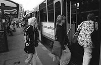 berlino, quartiere mitte. alexanderplatz, fermata del tram --- berlin, mitte district. alexanderplatz, tram stop
